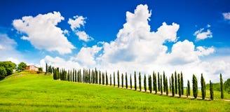 Toskana-Landschaft mit Bauernhofhaus auf einem Hügel Lizenzfreies Stockfoto