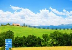 Toskana-Landschaft mit blauem Zeichen, Haus in Italien stockfoto