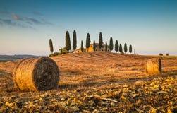 Toskana-Landschaft mit Gutshaus bei Sonnenuntergang, Val-d'Orcia, Italien Lizenzfreies Stockbild