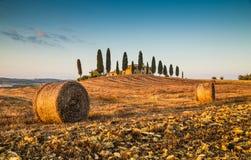 Toskana-Landschaft mit Gutshaus bei Sonnenuntergang, Val-d'Orcia, Italien Lizenzfreies Stockfoto