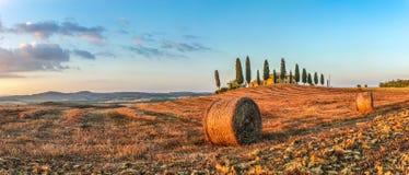 Toskana-Landschaft mit Gutshaus bei Sonnenuntergang, Val-d'Orcia, Italien Stockfotografie