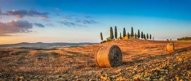 Toskana-Landschaft mit Gutshaus bei Sonnenuntergang, Val-d'Orcia, Italien Lizenzfreie Stockfotografie