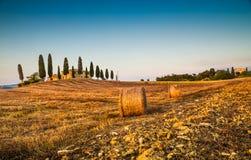 Toskana-Landschaft mit Gutshaus bei Sonnenuntergang, Val-d& x27; Orcia, Italien Lizenzfreies Stockbild