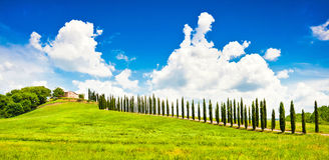 Toskana-Landschaft mit Haus auf einem Hügel Lizenzfreie Stockbilder
