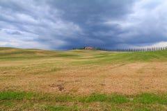 Toskana-Landschaft, schöne grüne Hügel und Zypressenbaum rudern SP lizenzfreies stockbild
