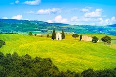 Toskana-Landschaft, Vitaleta-Kapelle, kleine Kirche in Val d Orcia Stockfotos