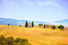 Toskana-Landschaft, Vitaleta-Kapelle, kleine Kirche in Val d Orcia, Italien Stockfotografie
