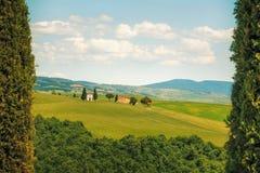 Toskana-Landschaft, Zypressenbäume und Rückseite Vitaleta-Kapelle an, VA Stockfoto