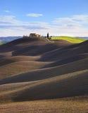 Toskana, landwirtschaftliche Landschaft. Rolling Hills und Bauernhof. Stockfoto
