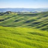 Toskana, Rolling Hills auf Sonnenuntergang. Ländliche Landschaft Kretas Senesi. Italien Lizenzfreies Stockfoto