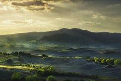 Toskana, Rolling Hills auf Sonnenuntergang Landwirtschaftliche Landschaft grüne Felder Lizenzfreies Stockbild