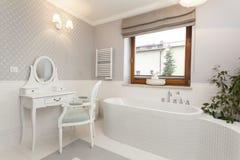 Toskana - Badezimmer mit Frisierkommode stockbild
