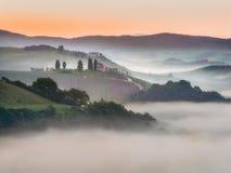 Toskanek pola zawijający w mgle, Włochy Zdjęcia Royalty Free