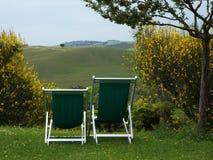 Toskanische Ansicht mit zwei Stühlen im Vordergrund Lizenzfreies Stockfoto