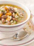 Toskanische Bohnensuppe mit krustigem Brot Lizenzfreies Stockbild