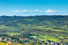 Toskanische grüne Feldansicht im Freien mit blauem Himmel und Wolken. Stockfotos
