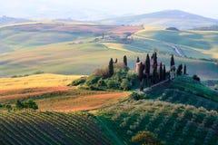Toskanische Hügel und Bauernhaus des Rollens Lizenzfreie Stockfotos