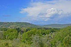 Toskanische Hügel und Dörfer Stockfotografie