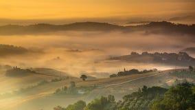 Toskanische Landschaft auf nebeligem Morgen Stockfotos