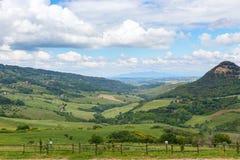 Toskanische Landschaft, Felder und Wiesen nahe Volterra Stockfoto