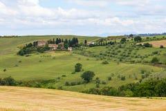 Toskanische Landschaft, Felder und Wiesen nahe Volterra Stockfotos