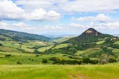Toskanische Landschaft, Felder und Wiesen nahe Volterra Stockbilder