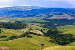 Toskanische Landschaft, Felder und Wiesen nahe Volterra Lizenzfreie Stockfotos