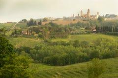 Toskanische Landschaft mit San Gimignano auf dem Kamm des Hügels lizenzfreie stockfotografie