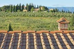 Toskanische Landschaft mit Ziegelsteindach Lizenzfreies Stockfoto
