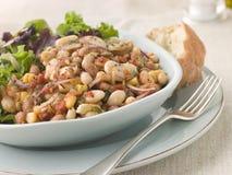 Toskanischer Bohnen-Salat mit gekleideten Blättern und Brot Stockfoto