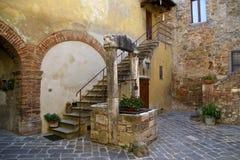 Toskanischer Hinterhof mit dem Brunnen Lizenzfreie Stockfotografie