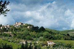 Toskanischer Landschaftsfrühherbst und drastischer Himmel Lizenzfreies Stockbild