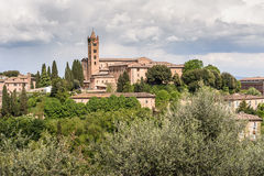 Toskanisches Dorf mit Glockenturm Stockbilder