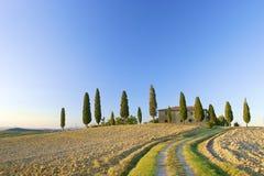 Toskanisches Landhaus auf einem Hügel in Italien Lizenzfreies Stockbild