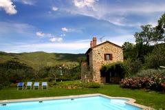 Toskanisches Landhaus mit Pool. Stockbild