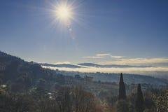 Toskanka krajobraz przeciw światłu zdjęcie stock