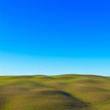 Toskanka krajobraz. Toczni wzgórza zbliżać Siena Obraz Stock