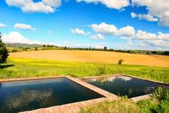 Toskanka krajobraz z fontanną i wzgórzami Obraz Royalty Free