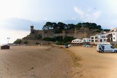 Tossa de Mar, Catalogna, Spagna, agosto 2018 Vecchia fortezza, vista dalla spiaggia immagini stock libere da diritti