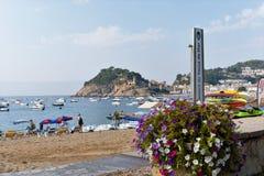 Tossa de Mar, Catalonië, Spanje, Augustus 2018 Mooie overzeese mening van het strand en de baai, het oude kasteel op de klip royalty-vrije stock fotografie
