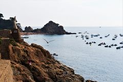 Tossa de Mar, Catalonia, Espanha, em agosto de 2018 Ideia bonita da baía, da praia e do passeio foto de stock royalty free
