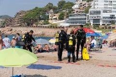 Tossa De Mar, Catalonia, Hiszpania, Sierpień 2018 Grupa nurkowie opowiada na plaży w miejscowości wypoczynkowej zdjęcie stock