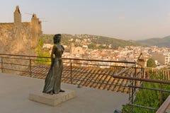 Tossa de Mar Catalonia, Spanien, Augusti 2018 Brons monumentet till den amerikanska aktrisaven Gardner i den gamla fästningen fotografering för bildbyråer