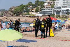 Tossa de Mar Catalonia, Spanien, Augusti 2018 En grupp av dykare som talar på stranden i semesterortstaden arkivfoto
