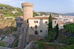 Tossa de Mar Catalonia, Spanien, Augusti 2018 Sikt av fästningen och det historiska museet på kusten royaltyfri bild