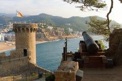 Tossa de Mar Catalonia, Spanien, Augusti 2018 Sikt från vapenbatteriet på semesterorthotellen på den första linjen av stranden arkivbilder