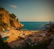 Tossa de Mar Catalonia, Spanien, 06 17 2013 en liten strand nära C Royaltyfri Foto