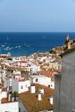 Tossa de Mar, Cataluña, España, agosto de 2018 Arquitectura de la ciudad de playa contra la perspectiva del mar y del cielo foto de archivo libre de regalías