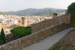 Tossa de Mar, Cataluña, España, agosto de 2018 Ciudad vieja con una fortaleza medieval de la montaña costera foto de archivo libre de regalías