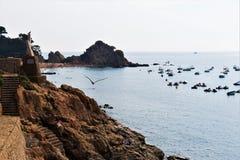 Tossa de Mar, Cataluña, España, agosto de 2018 Hermosa vista de la bahía, de la playa y de la 'promenade' foto de archivo libre de regalías